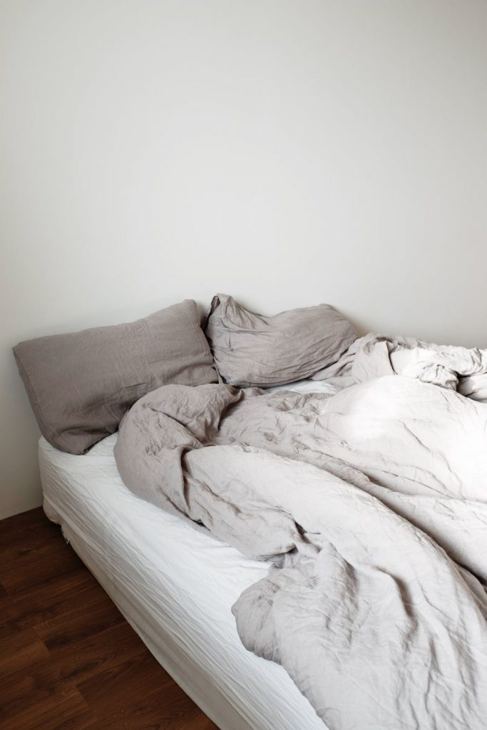 how to organize your room make your bed